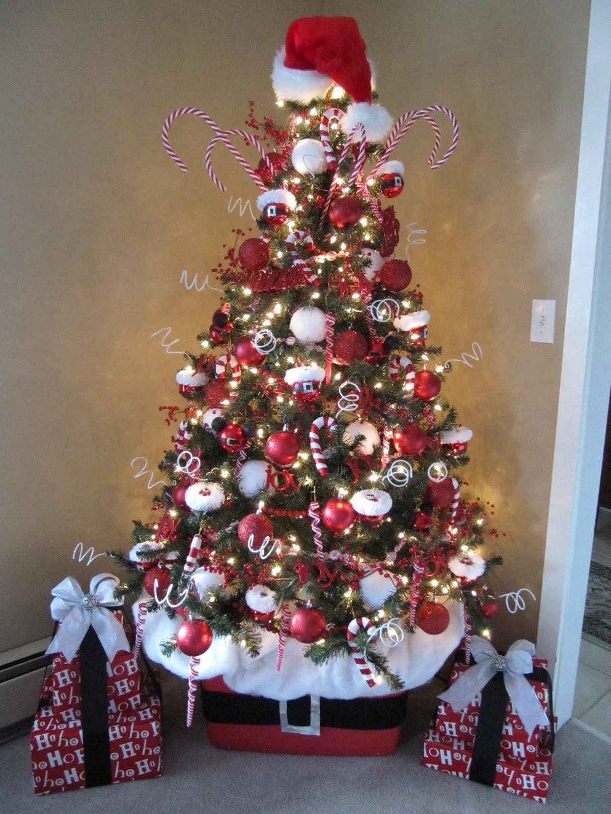 Новогодняя елка в красно-белых цветах